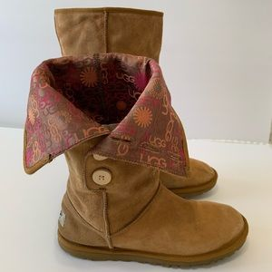 UGG Fall Boots Womens Sz 8. Foldable w/ Fur bed.